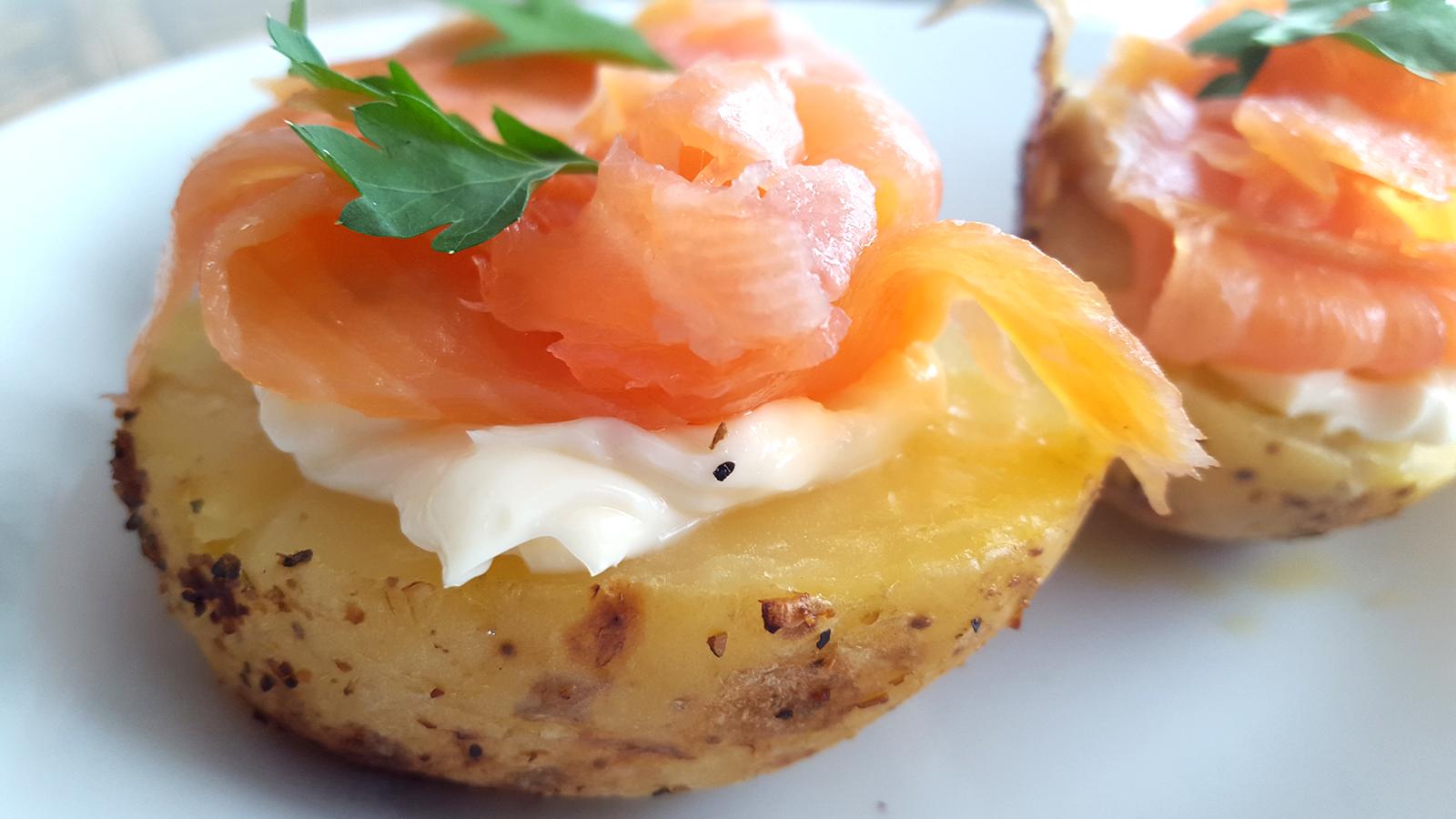 Patatas asadas con salmón ahumado y queso cremoso y salsa de mahonesa con soja